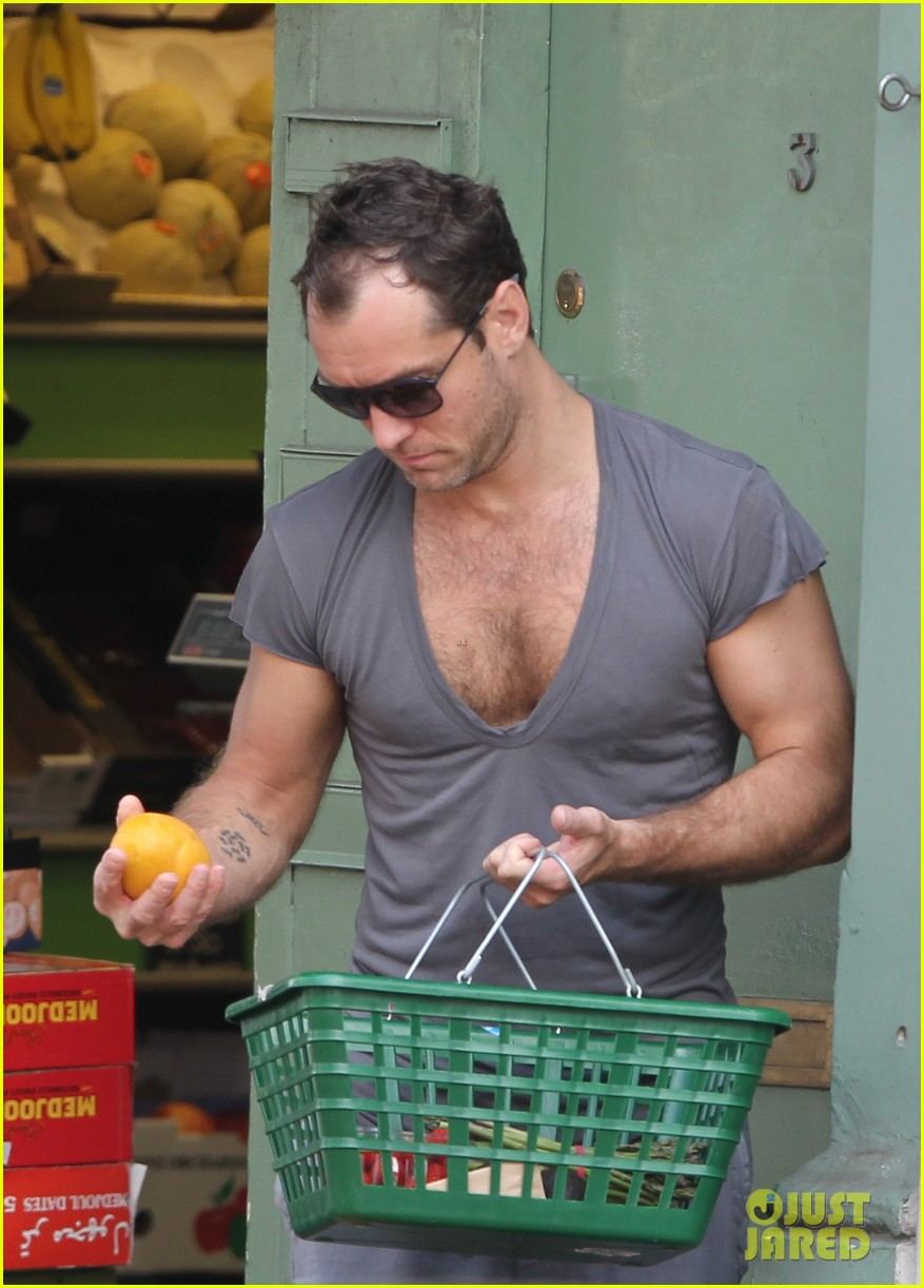 jude law flaunts his muscles in low cut t shirt 043117340