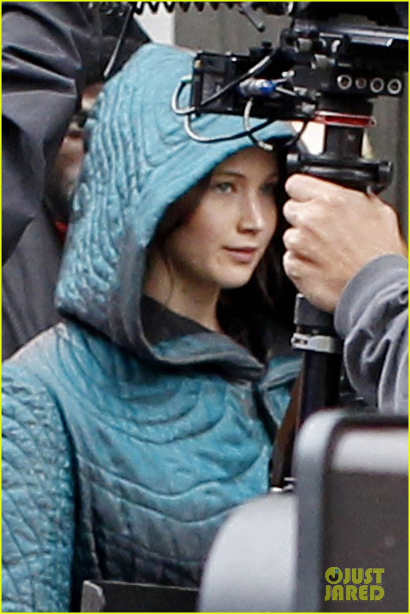 jennifer lawrence covers up her costume for hunger games 043107454
