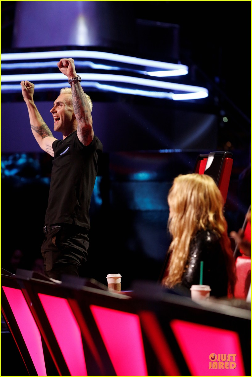 adam levine smile blond hair the voice 01