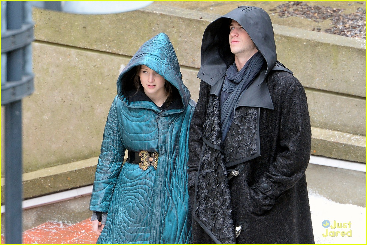 jennifer lawrence liam hemsworth mockingjay robes 073107831