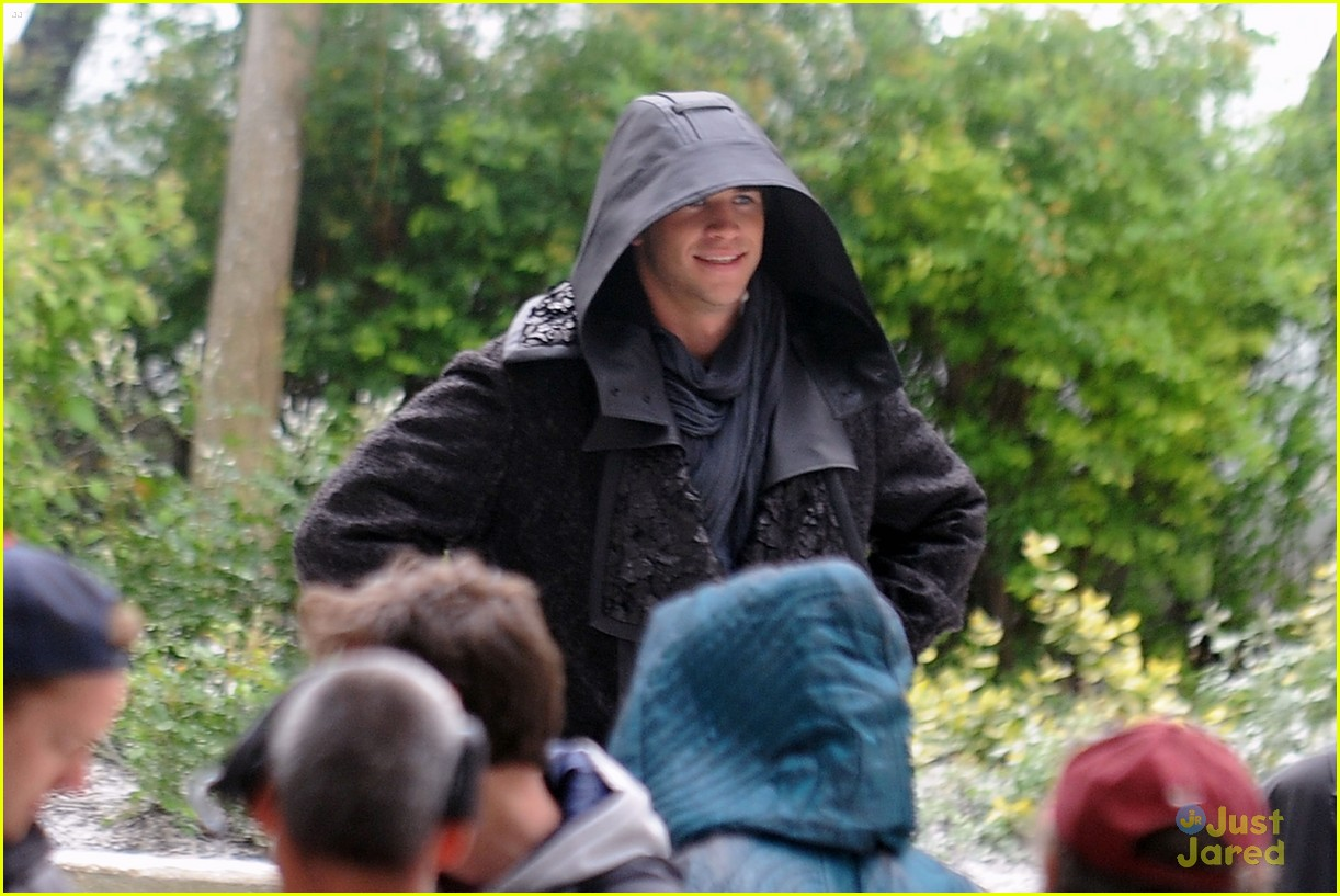 jennifer lawrence liam hemsworth mockingjay robes 133107837