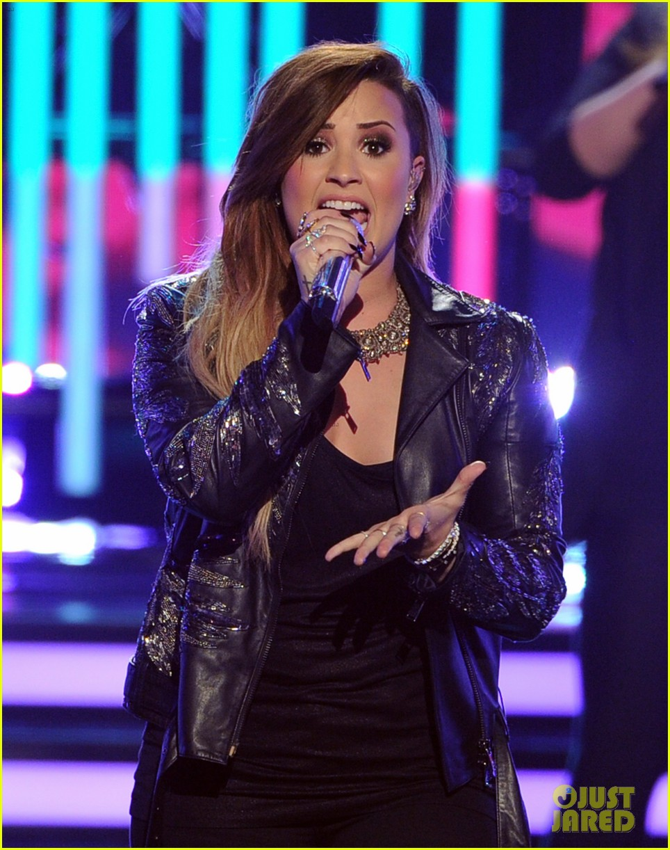 demi lovato performs on american idol finale 013119358