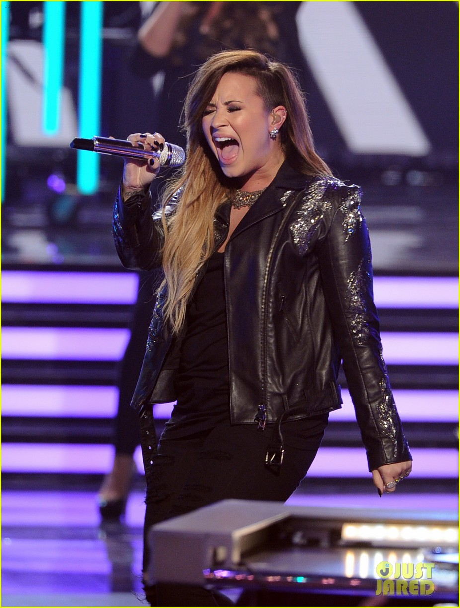 demi lovato performs on american idol finale 033119360
