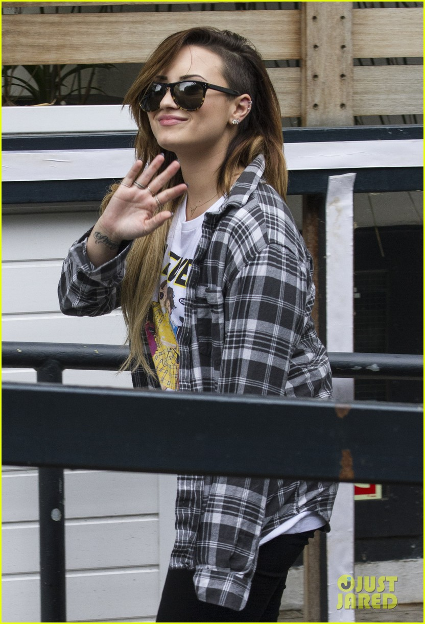 demi lovato waves fans hotel 013123355