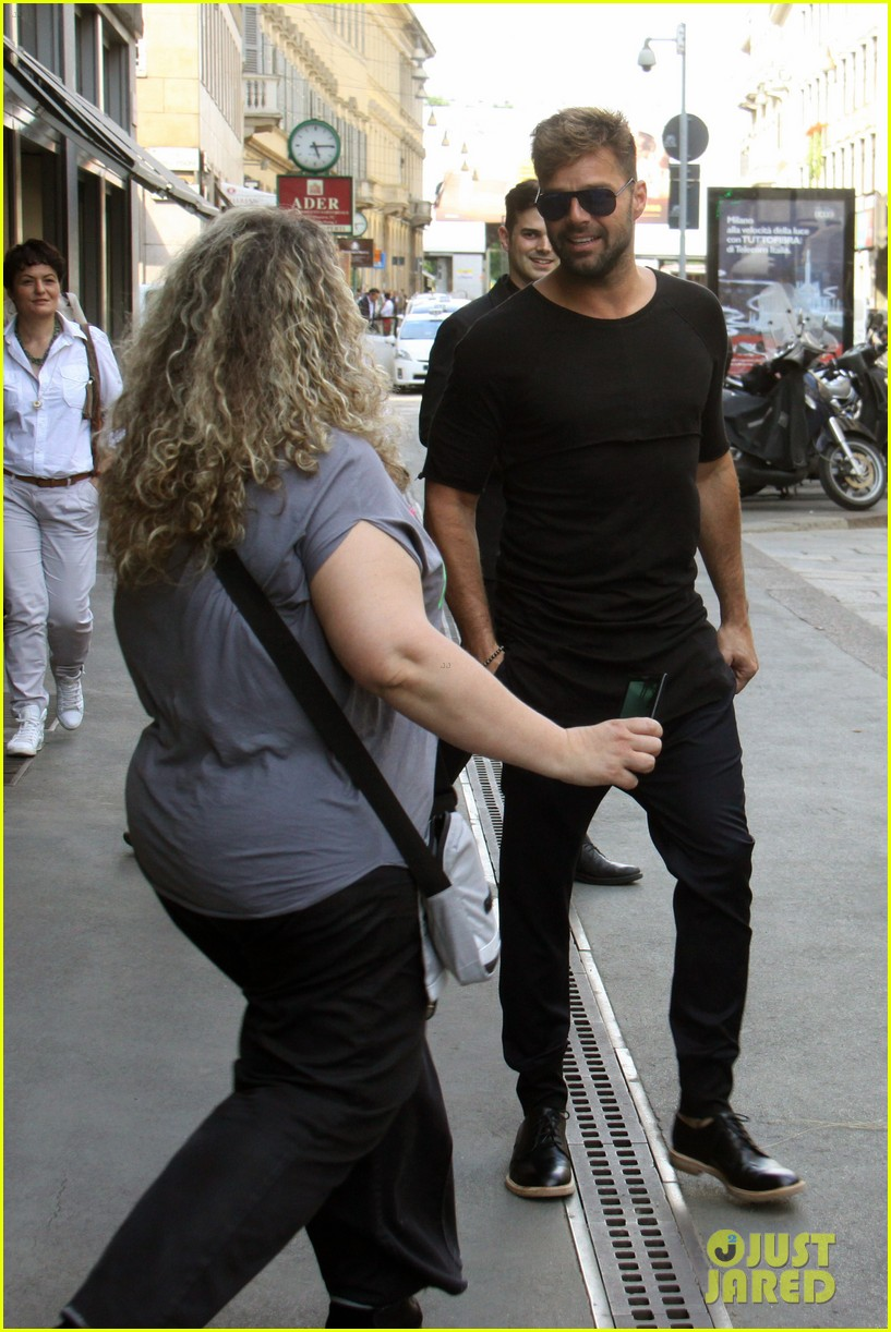 ricky martin gives lots of love to his fans 03