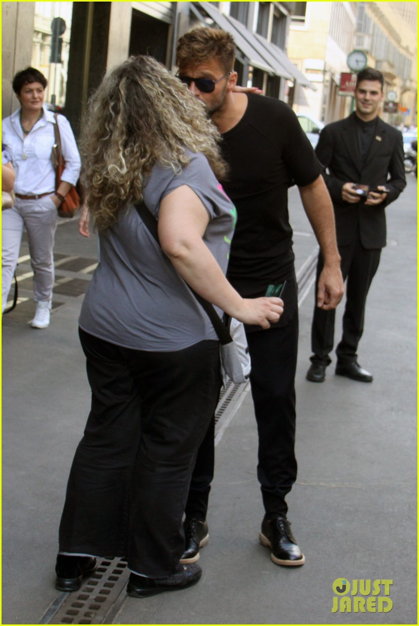 ricky martin gives lots of love to his fans 05