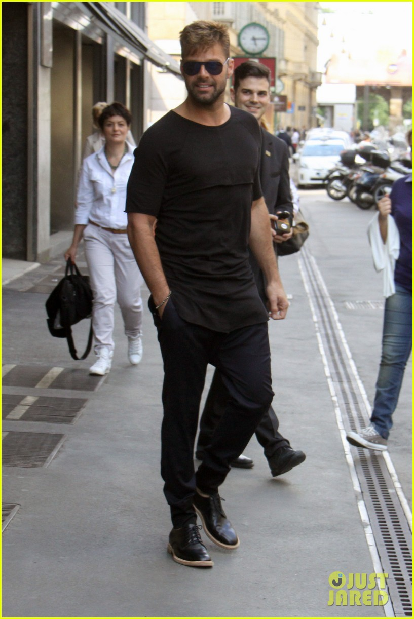 ricky martin gives lots of love to his fans 063123809