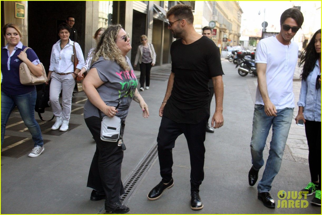 ricky martin gives lots of love to his fans 073123810