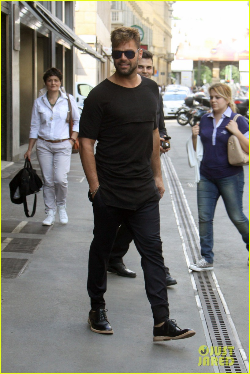 ricky martin gives lots of love to his fans 093123812