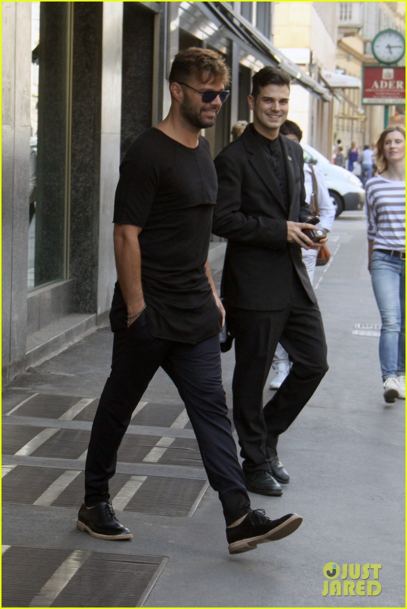 ricky martin gives lots of love to his fans 113123814