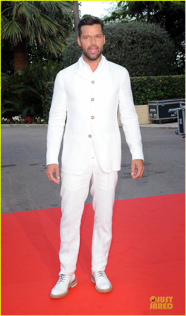 ricky martin kellan lutz handsome at world music awards 09