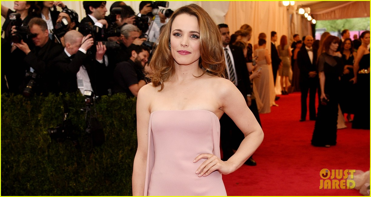 rachel mcadams goes pale pink on the met ball 2014 red carpet 023105900