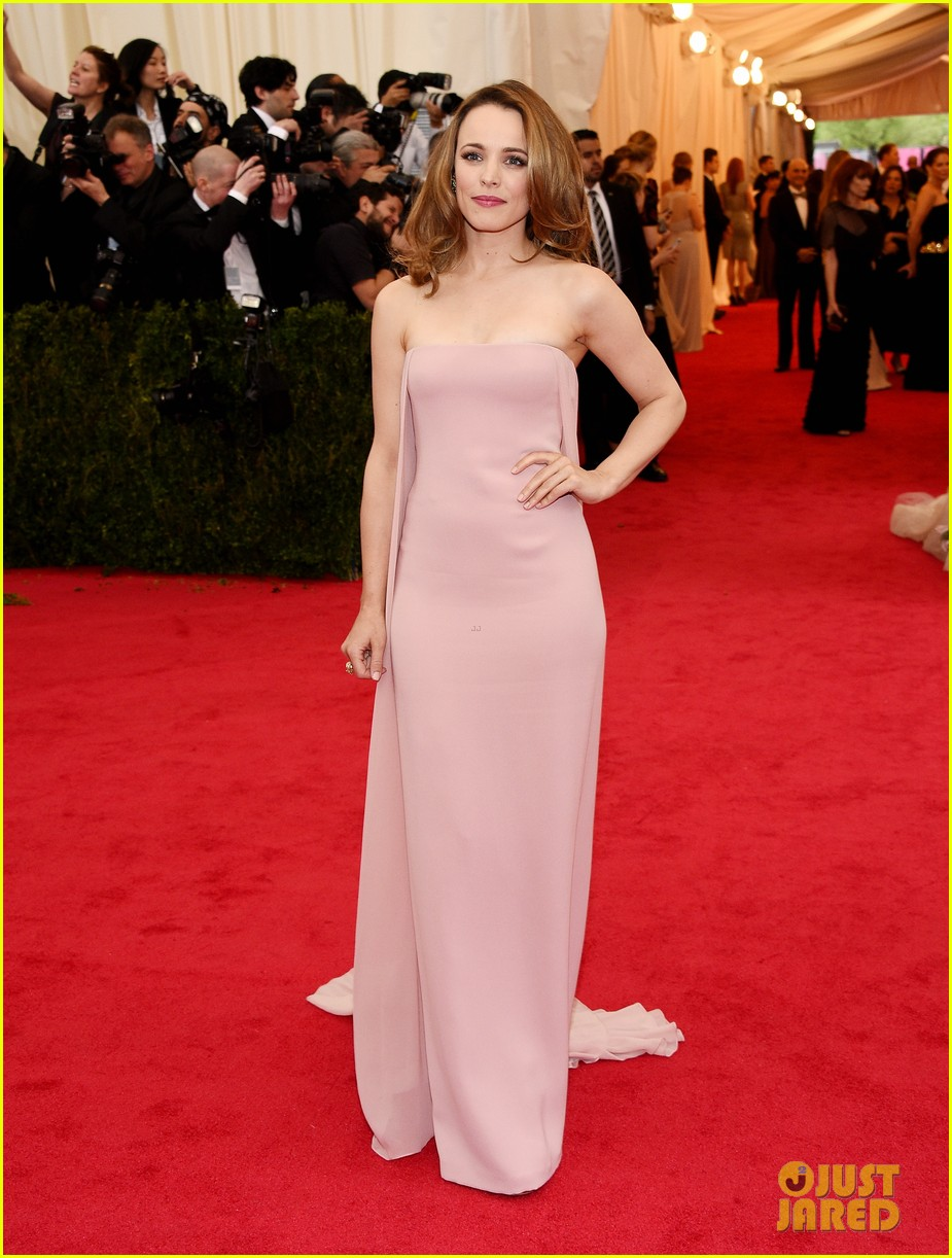 rachel mcadams goes pale pink on the met ball 2014 red carpet 05