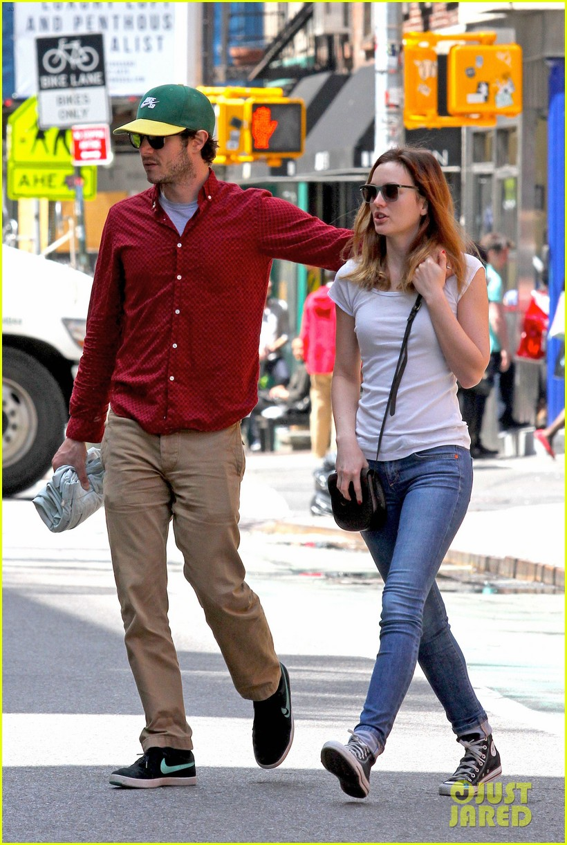 leighton meester adam brody romantic new york stroll 023103537