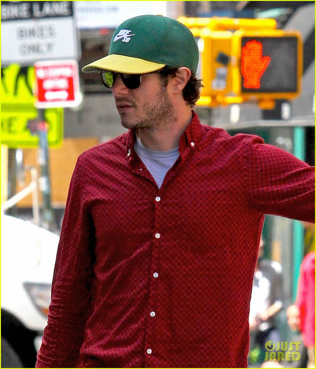 leighton meester adam brody romantic new york stroll 033103538