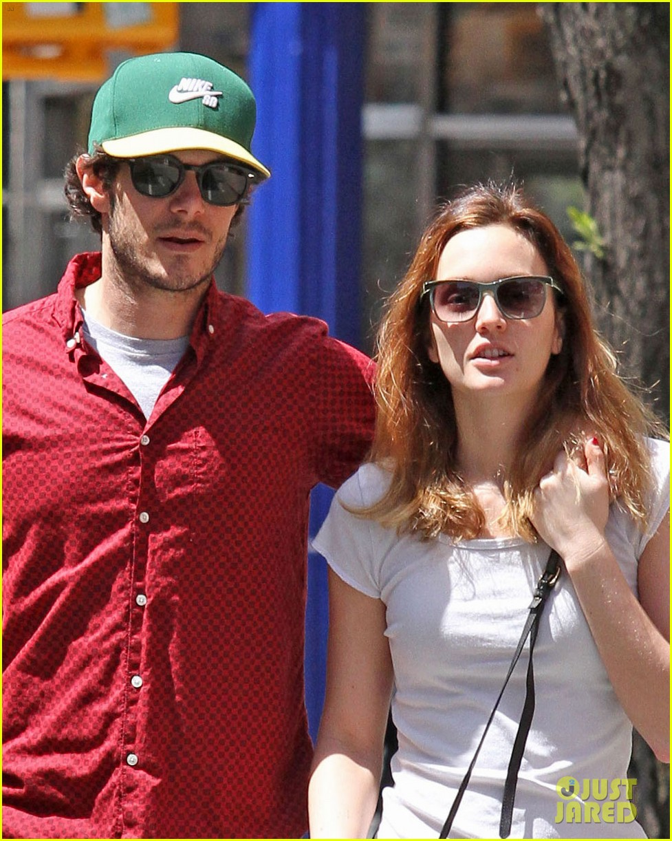 leighton meester adam brody romantic new york stroll 053103540