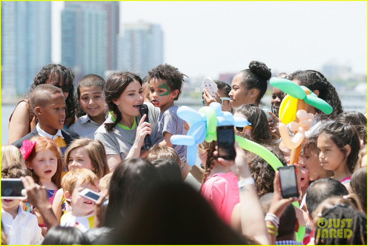 idina menzel takes son walker to born free africa festival 053111496