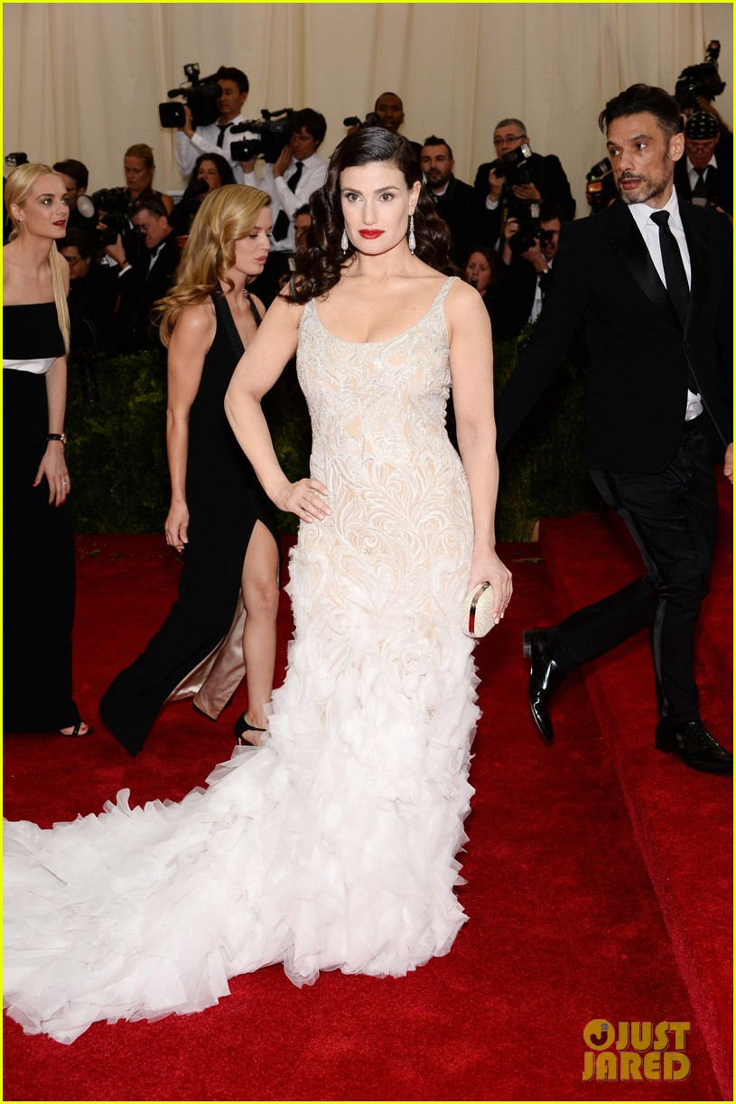 idina menzels rocks long white train at met ball 2014 013105935
