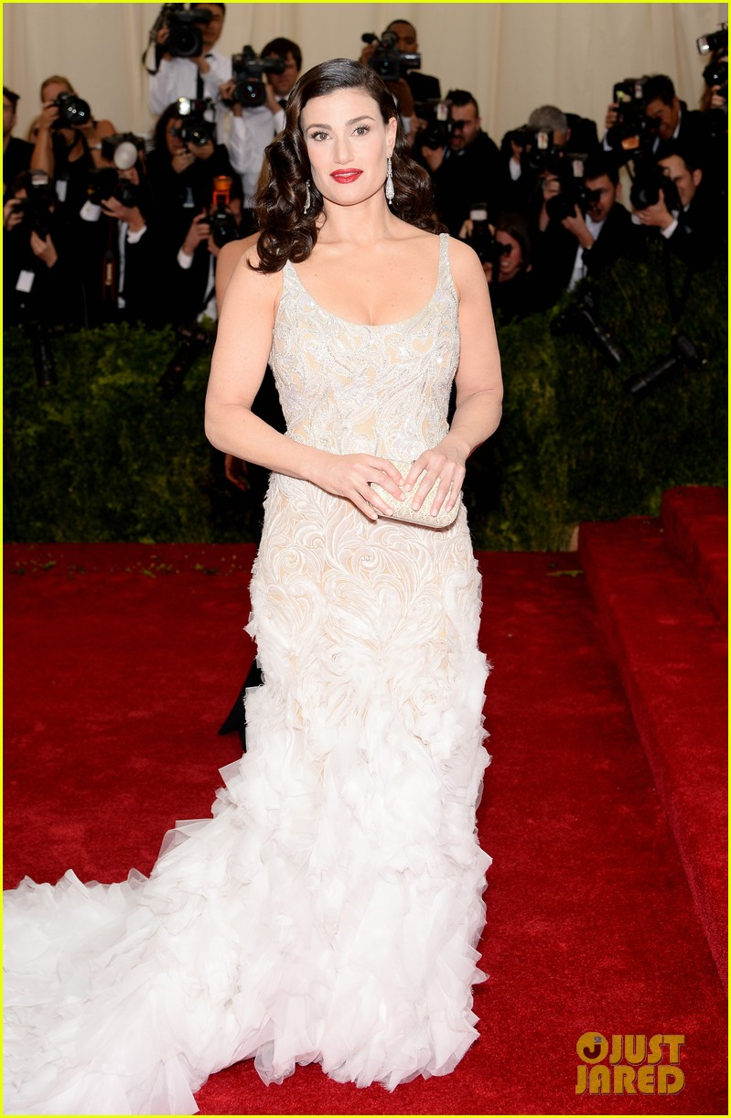 idina menzels rocks long white train at met ball 2014 053105939