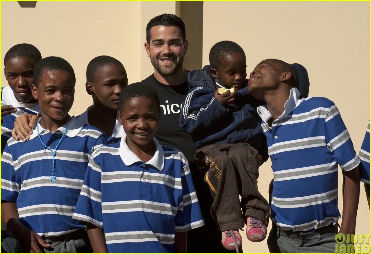 jesse metcalfe and cara santana take a trip to africa for unicef123121651