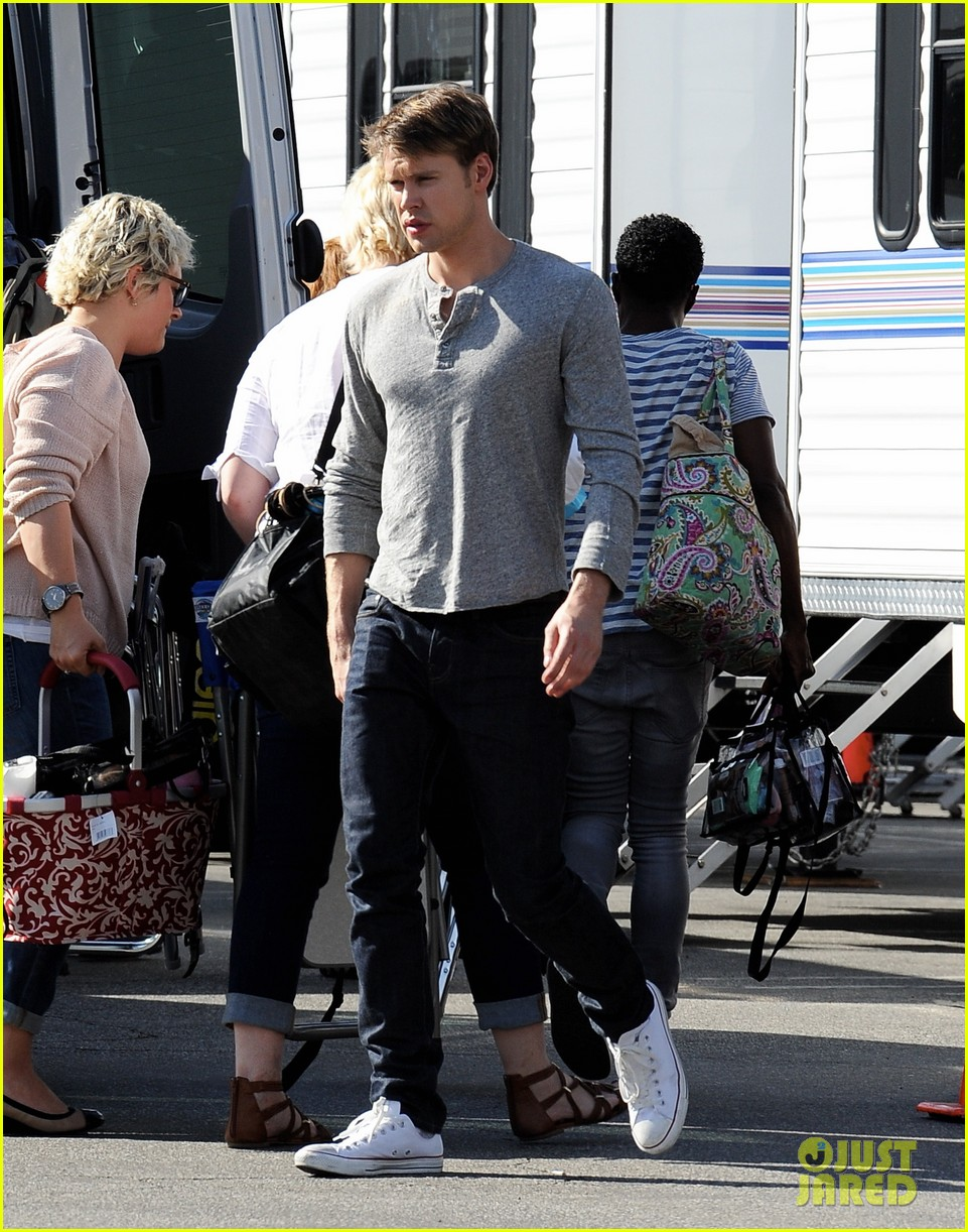 lea michele heather morris hang out on glee finale set 153103490