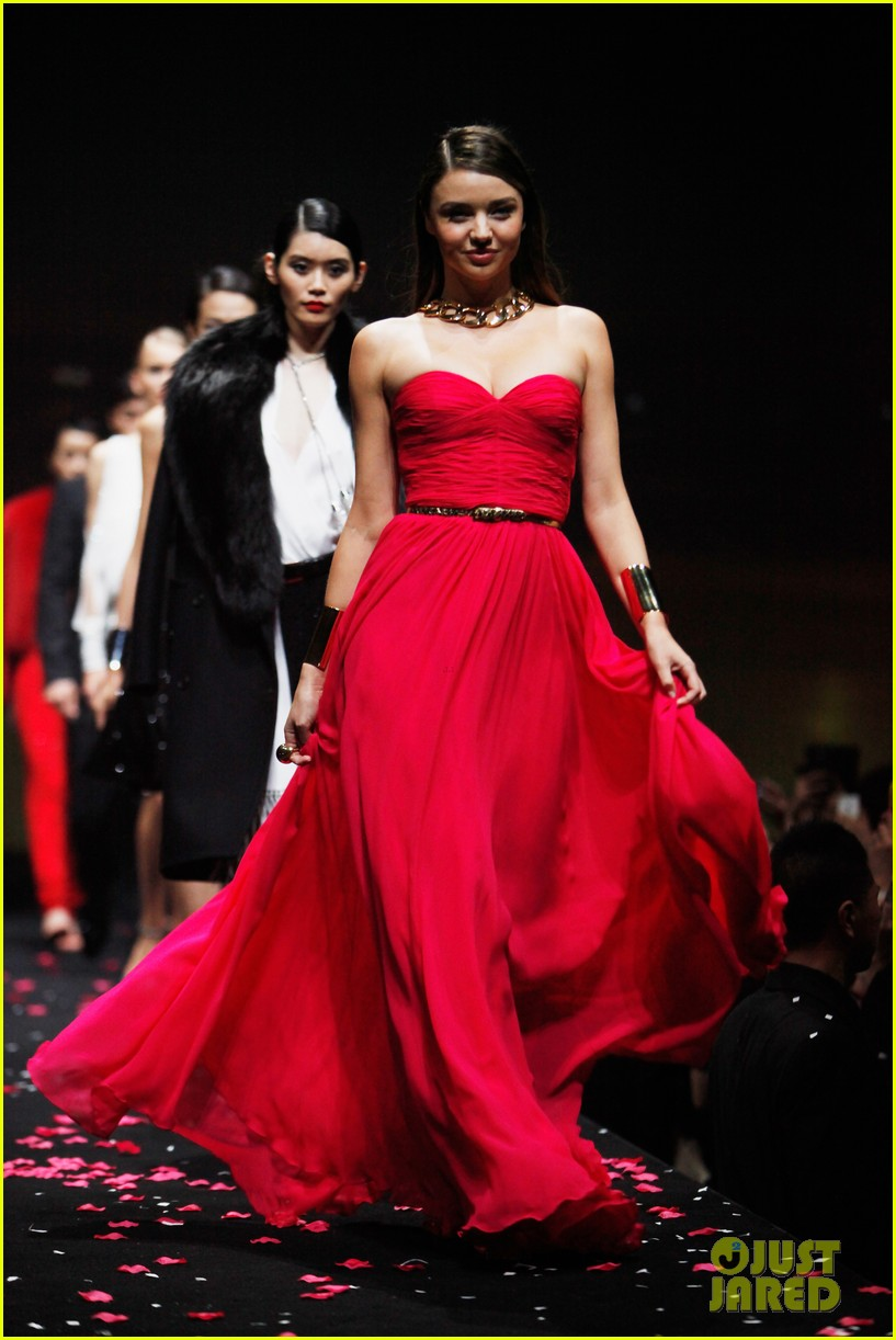 miranda kerr is hot pink bombshell at michael kors fashion show 01