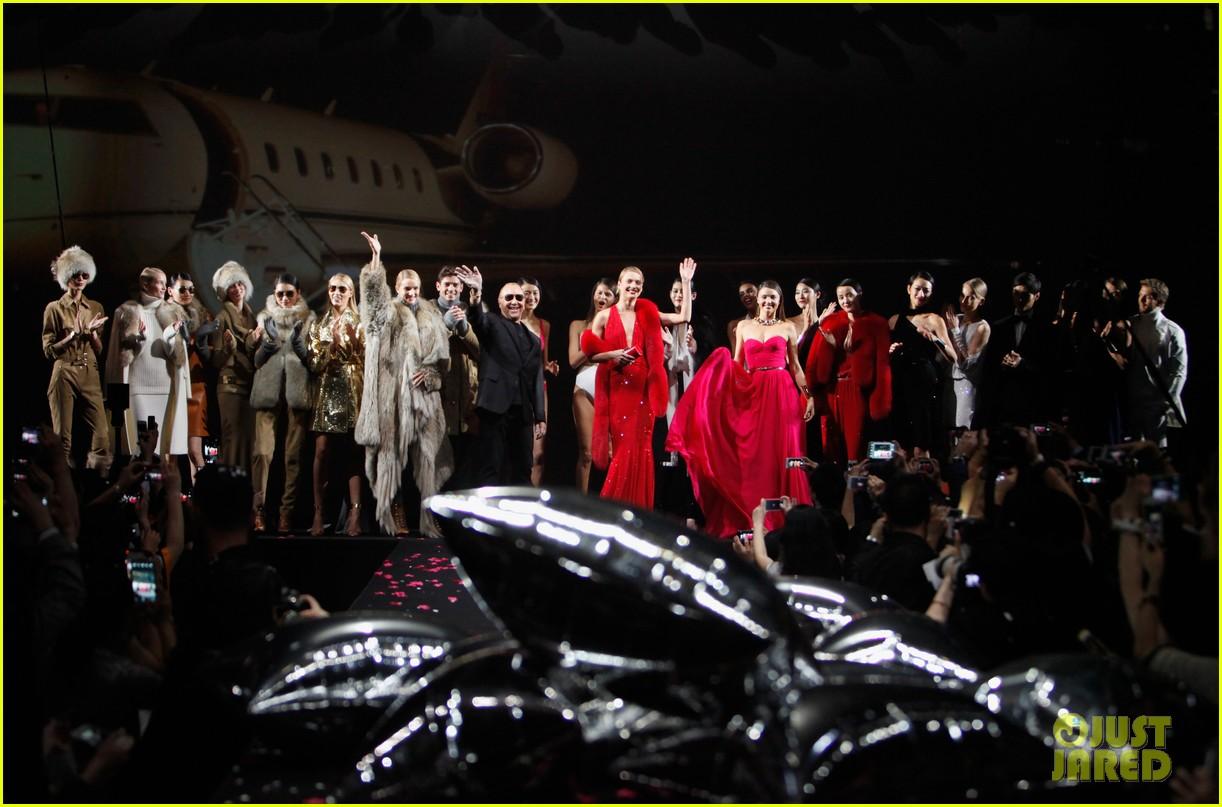 miranda kerr is hot pink bombshell at michael kors fashion show 033109589