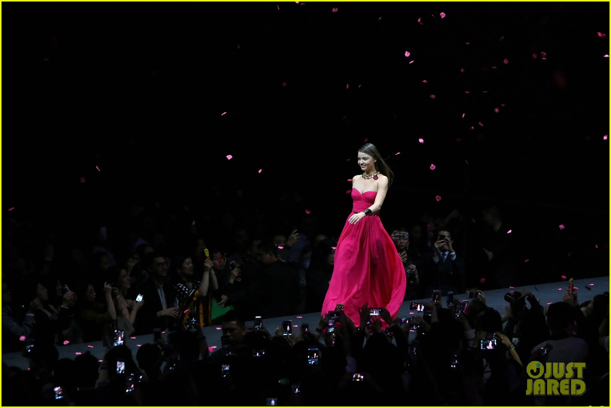 miranda kerr is hot pink bombshell at michael kors fashion show 053109592