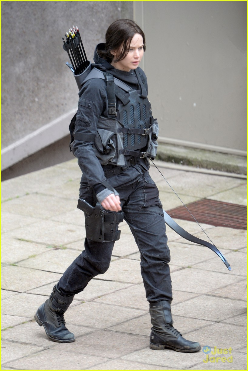 jennifer josh sam liam mockingjay combat wear 013111611