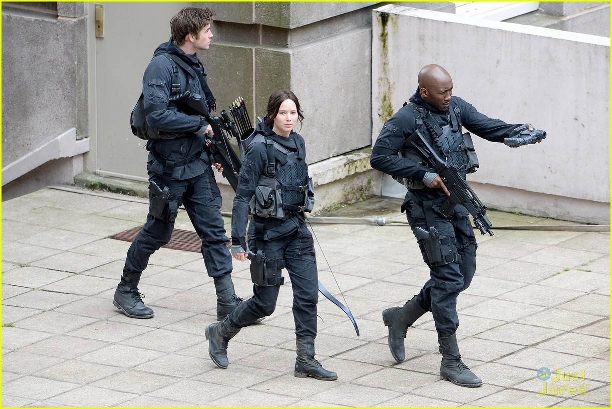 jennifer josh sam liam mockingjay combat wear 053111615