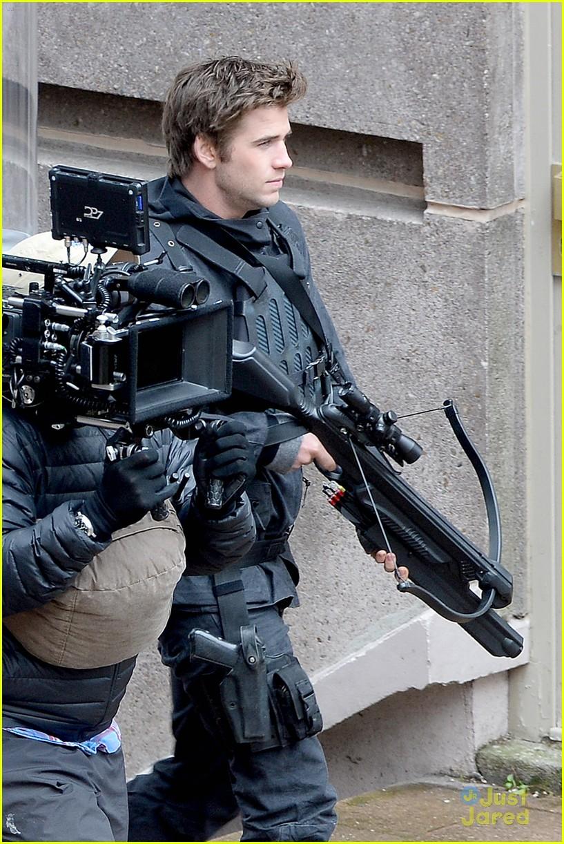 jennifer josh sam liam mockingjay combat wear 063111616