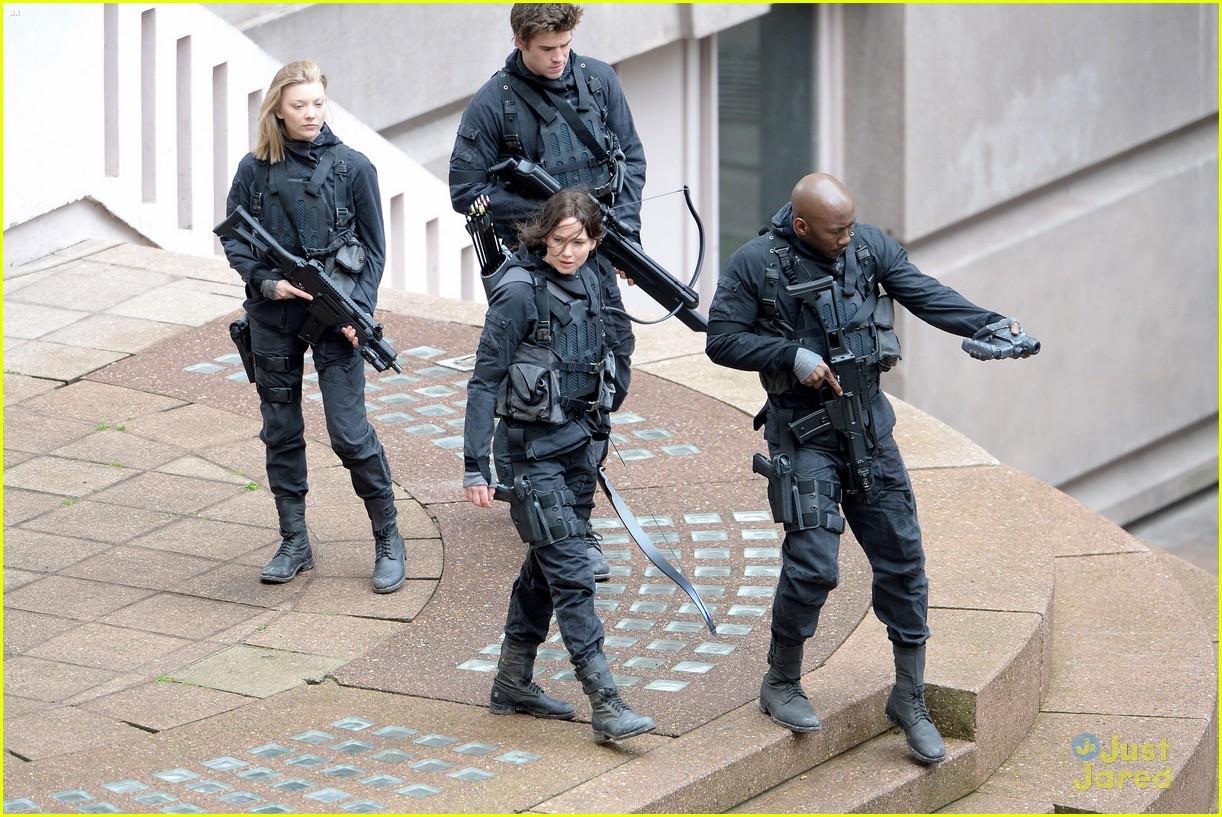 jennifer josh sam liam mockingjay combat wear 073111617