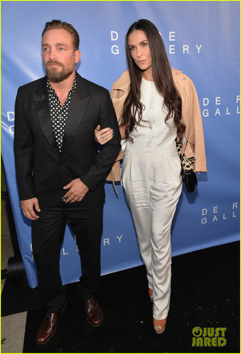 demi moore brings along boyfriend sean friday to gallery party 093114947