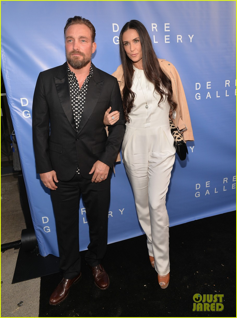 demi moore brings along boyfriend sean friday to gallery party 10