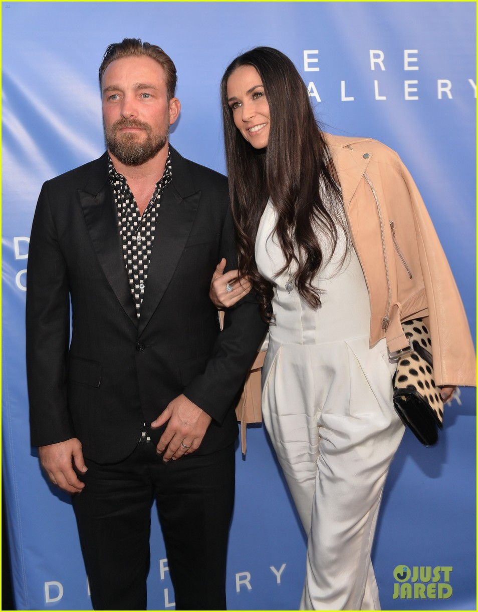 demi moore brings along boyfriend sean friday to gallery party 11