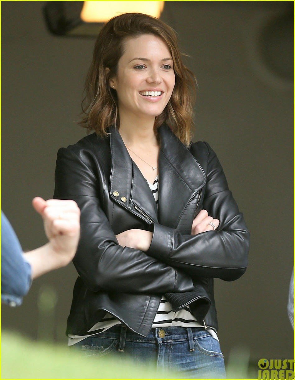mandy moore lets her friend convince her to go to a yard sale013121794