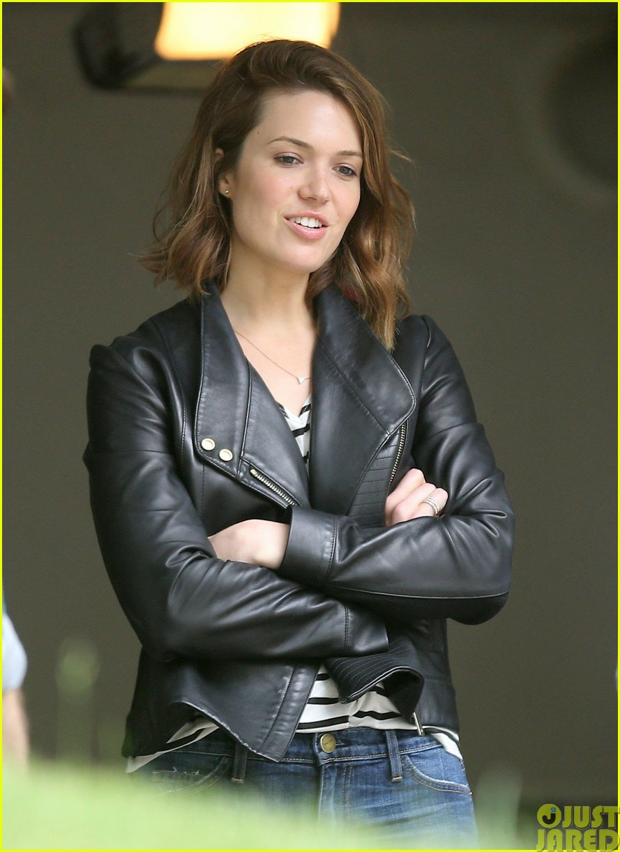 mandy moore lets her friend convince her to go to a yard sale033121796