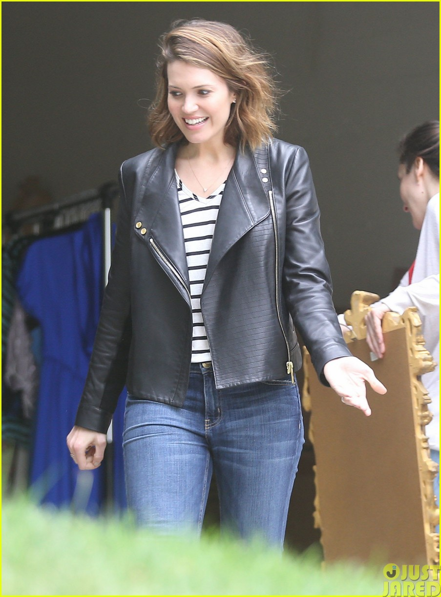 mandy moore lets her friend convince her to go to a yard sale043121797