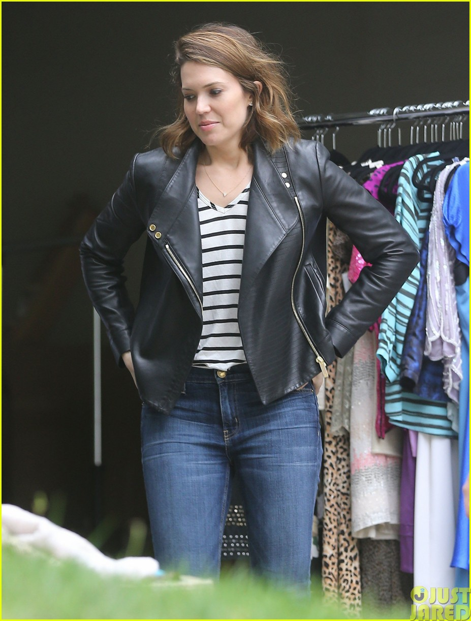 mandy moore lets her friend convince her to go to a yard sale083121801