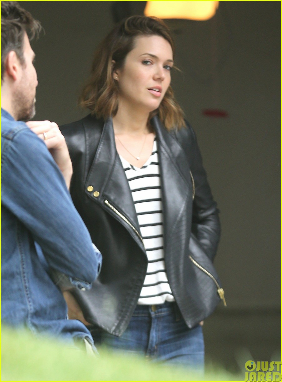 mandy moore lets her friend convince her to go to a yard sale093121802