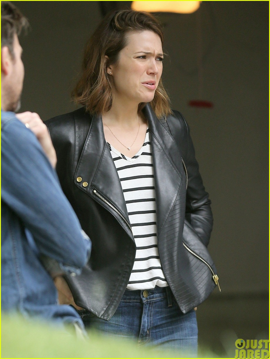 mandy moore lets her friend convince her to go to a yard sale103121803