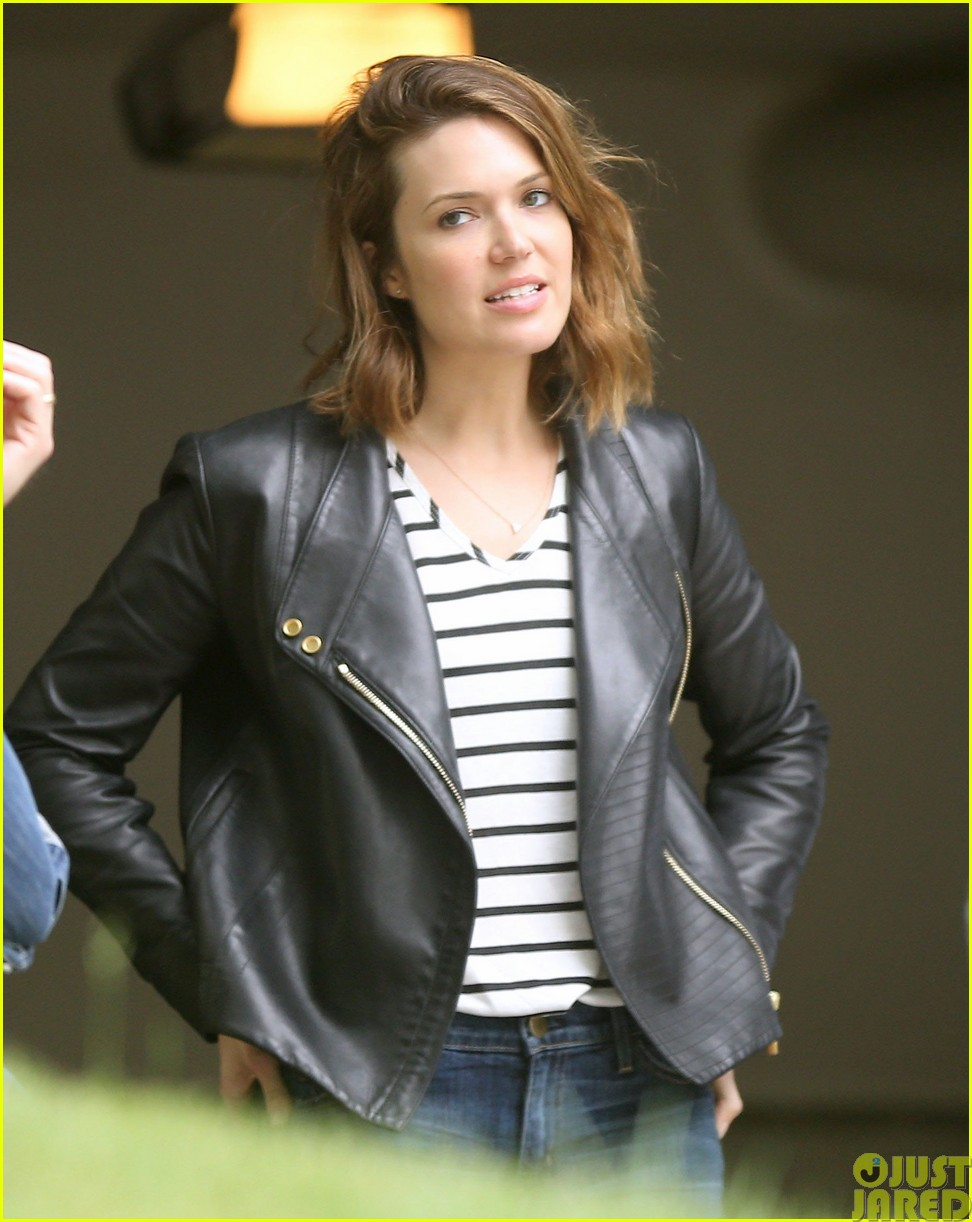 mandy moore lets her friend convince her to go to a yard sale123121805