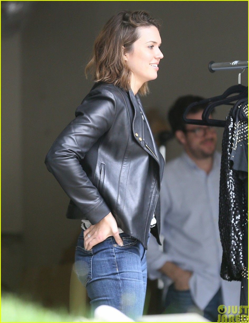mandy moore lets her friend convince her to go to a yard sale153121808