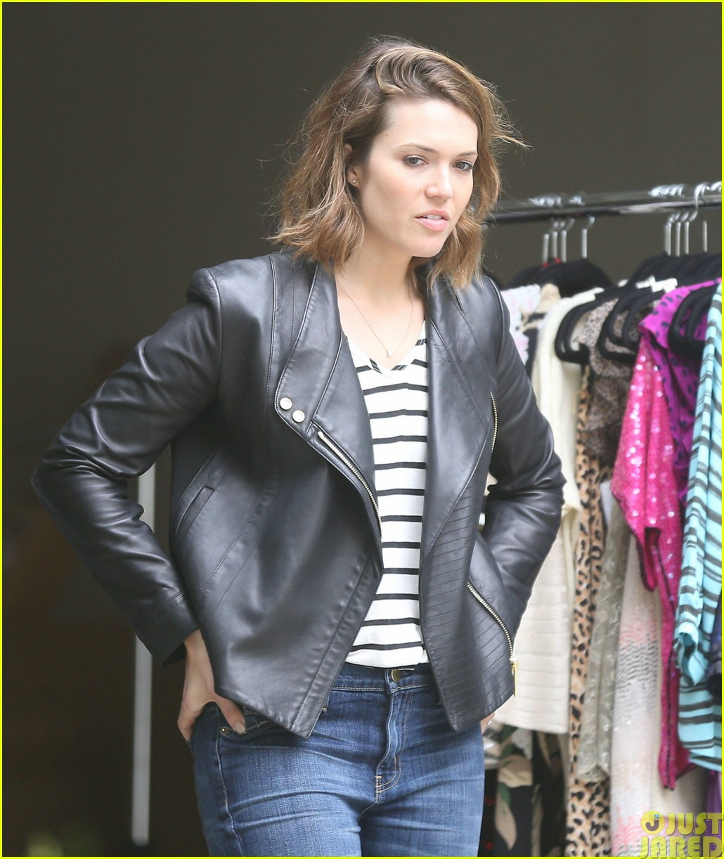 mandy moore lets her friend convince her to go to a yard sale163121809