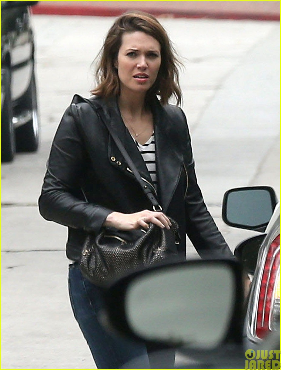 mandy moore lets her friend convince her to go to a yard sale183121811