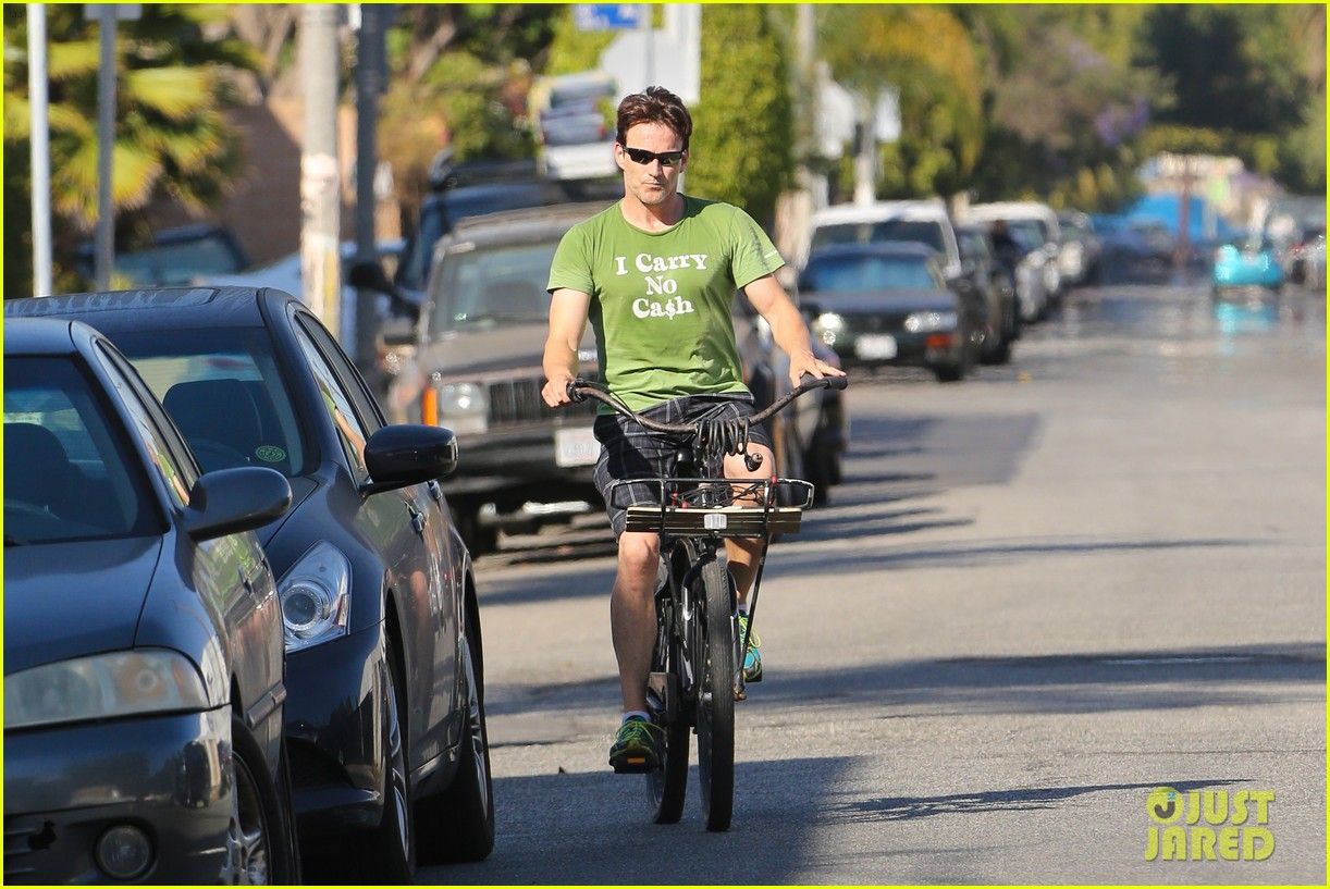 stephen moyer takes his workout to the streets 213113477