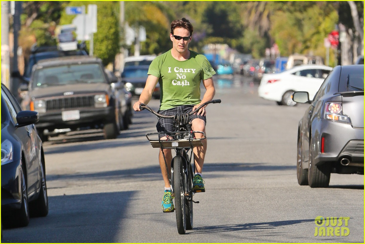 stephen moyer takes his workout to the streets 263113482