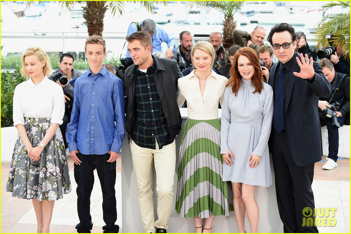 robert pattinson joins julianne moore mia wasikowska at cannes maps to the stars photo call 033117171