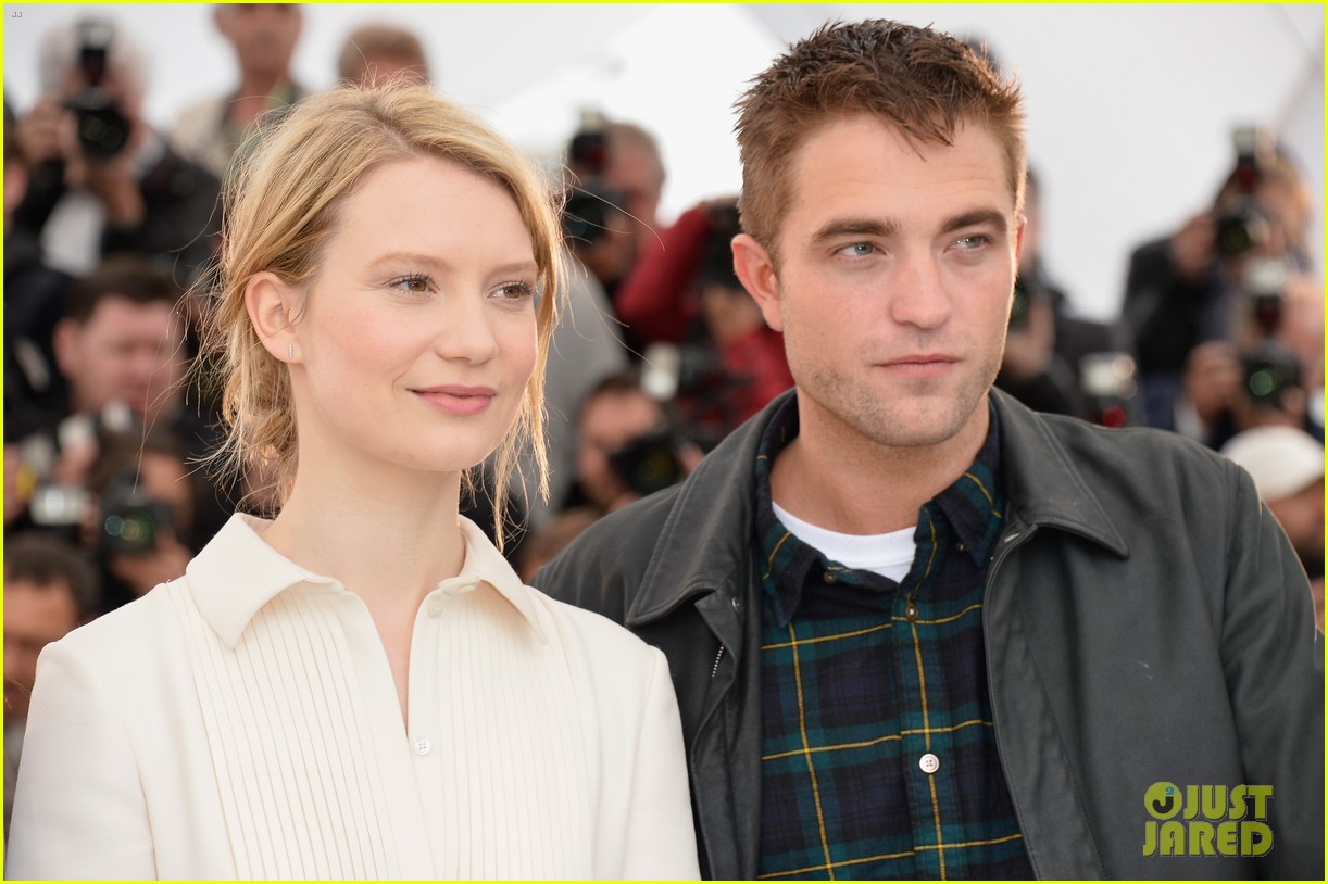 robert pattinson joins julianne moore mia wasikowska at cannes maps to the stars photo call 093117177