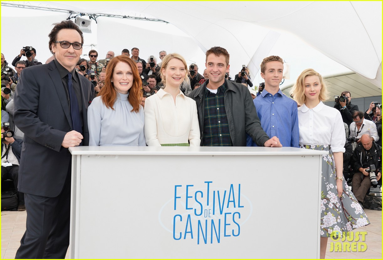 robert pattinson joins julianne moore mia wasikowska at cannes maps to the stars photo call 103117178
